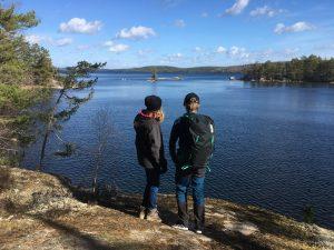 Tjejerna ser ut mot ena udden på Torpön - DÄR ska vi fika säger de