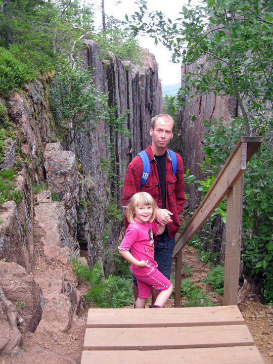 Min dotter för 8 år sedan (exakt idag!) och hennes pappa när vi var vid Slåttdalsskrevan. Min dotter var då 4 år och klarade turen galant!
