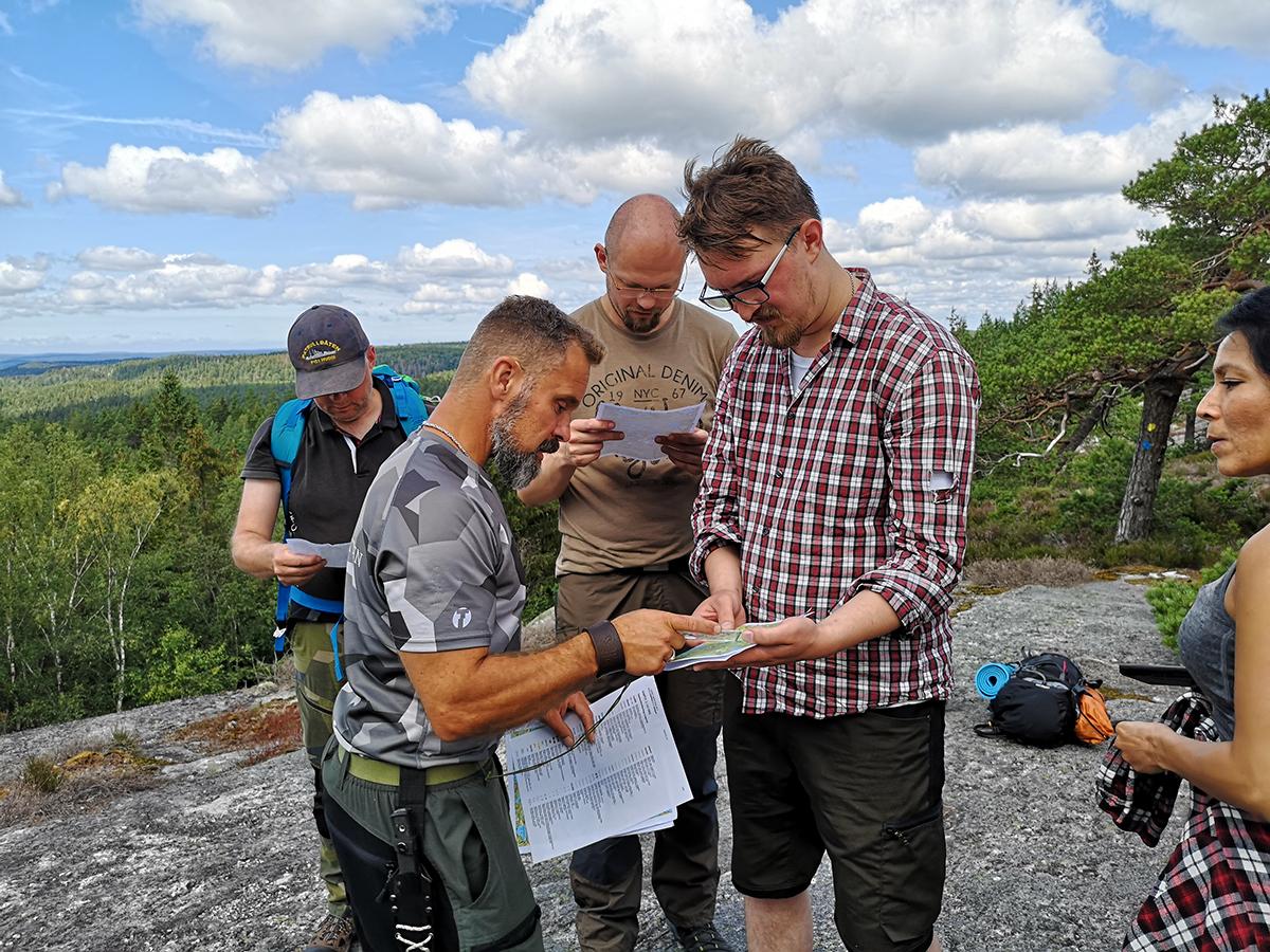 Instruktioner och tips för hur man använder karta och kompass - en viktig del i den friluftsutbildning som ingår under vandringsturen