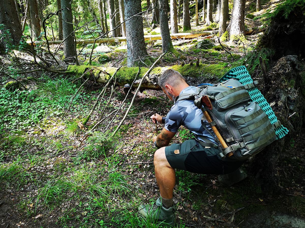 Konsten att bygga ett skydd var den del i den friluftsutbildning vi fick under vandringen