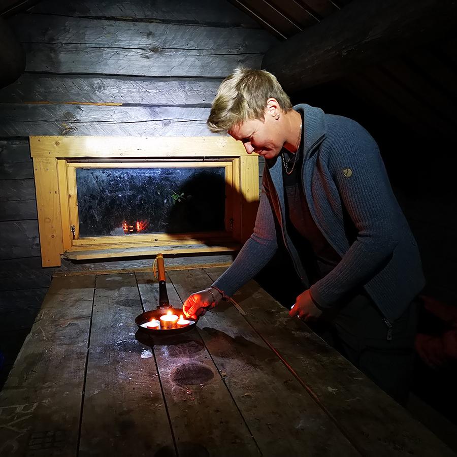Linda fixar lite ljusmys i Vikskvarnens naturreservat
