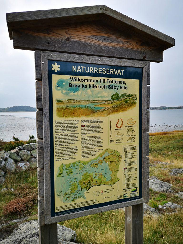 Skylt om naturreservaten Toftenäs, Breviks kile och Säby kile