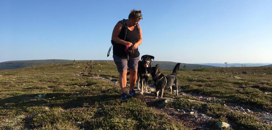 Camilla Lind med sina hundar