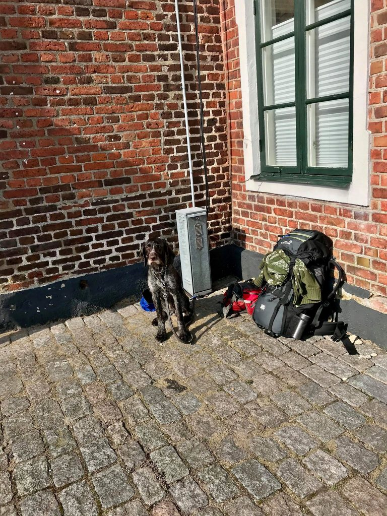 Vittra och jag får välbehövlig vila vid Turistbyrån i Båstad