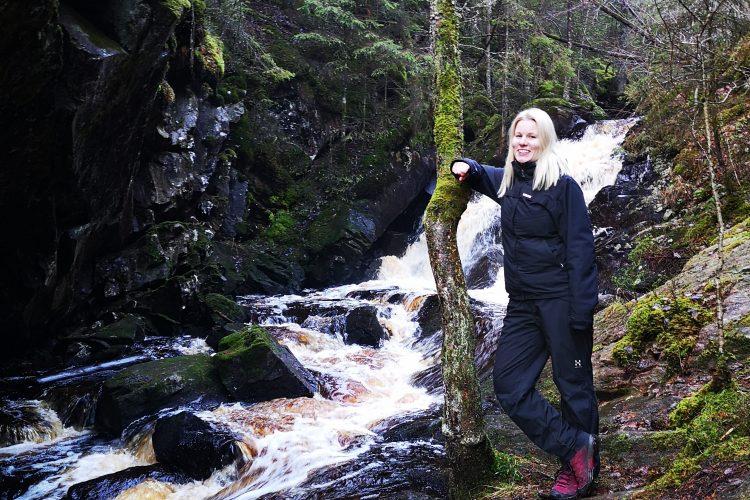 Min syster längs alla vattenfallen i Hassafall