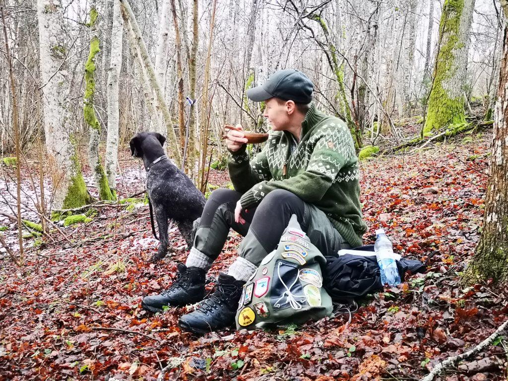 Linda och Vittra under frukoststunden i Hackareviken naturreservat - längs höglandsleden
