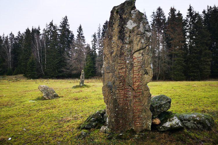 Runsten Sm 77, Västragård gravfält, Sävsjö