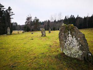 Övriga resta stenar saknar inskription och är så kallade bautastenar