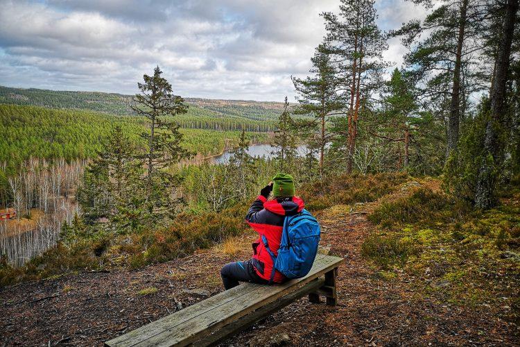 Mari tittar på utsikten från Stubbaberg, Mariannelund