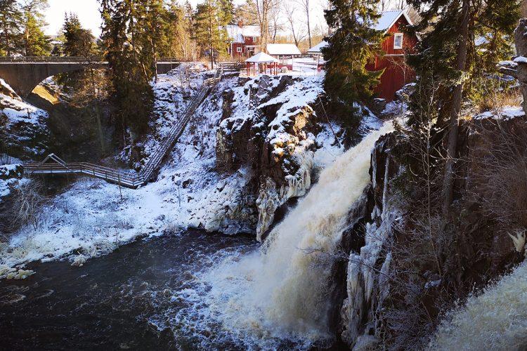 Stalpets vattenfall - caféet syns i bakgrunden