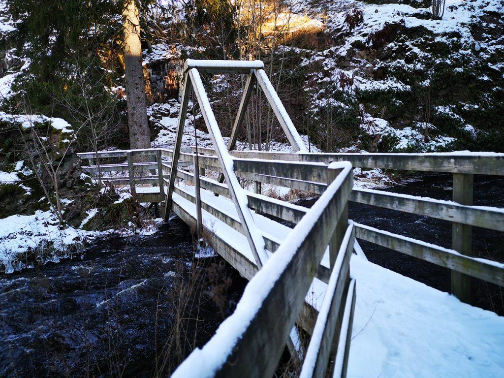 Nedanför Stalpets vattenfall går en gångbro över Svartån