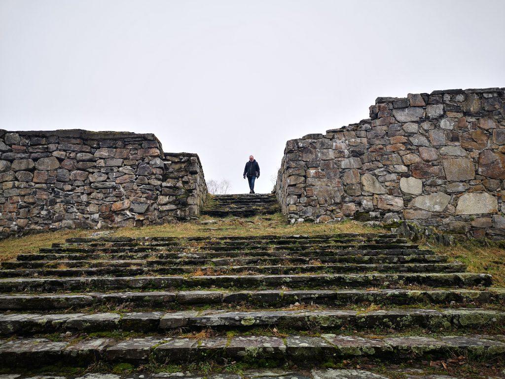 Tord är på väg nerför den 10 meter långa och 6 meter breda trappan