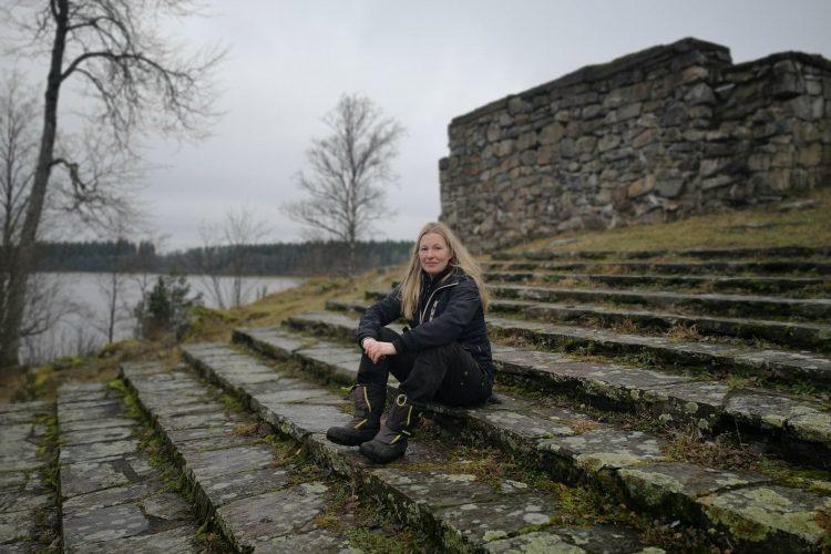 Här sitter jag i den imponerande trappan vid Hultaby slottsruin, Vetlanda