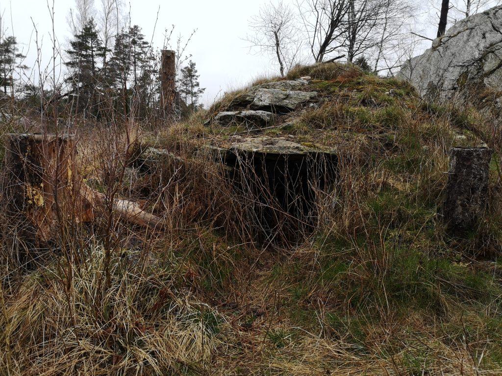 På många ställen längs leden ser man rester av torp och andra byggnader - och ofta finns skyltar intill som berättar om platsens historia