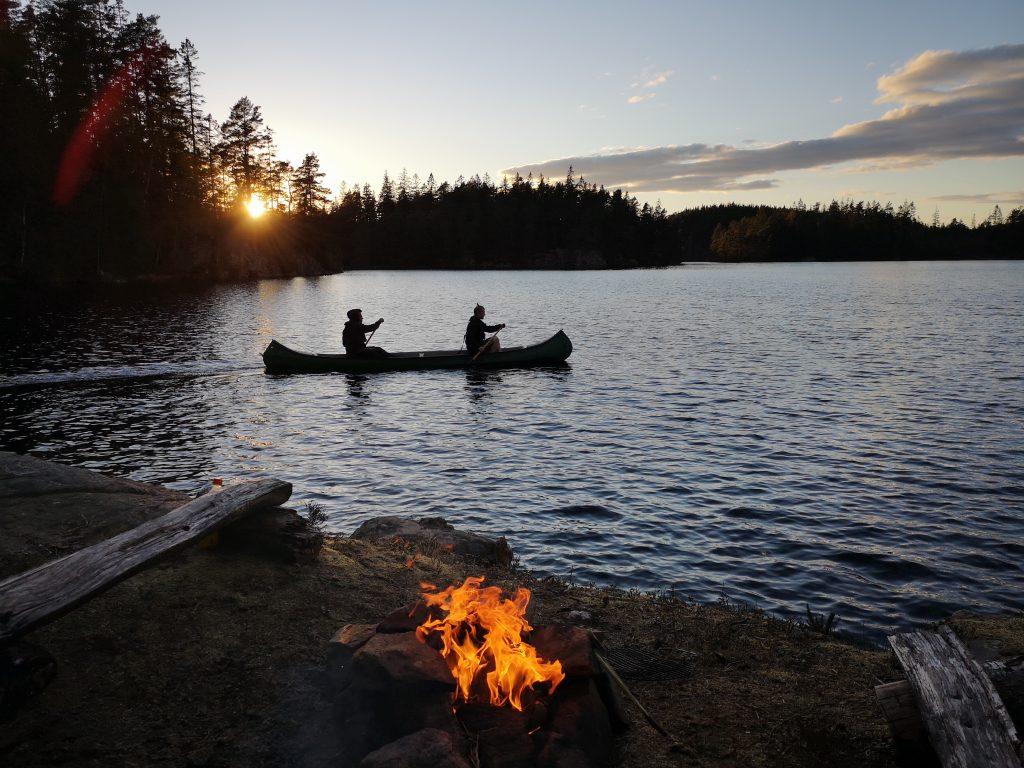 Efter korvgrillningen gav de sig iväg ut på ännu en liten fisketur medan solen sjönk