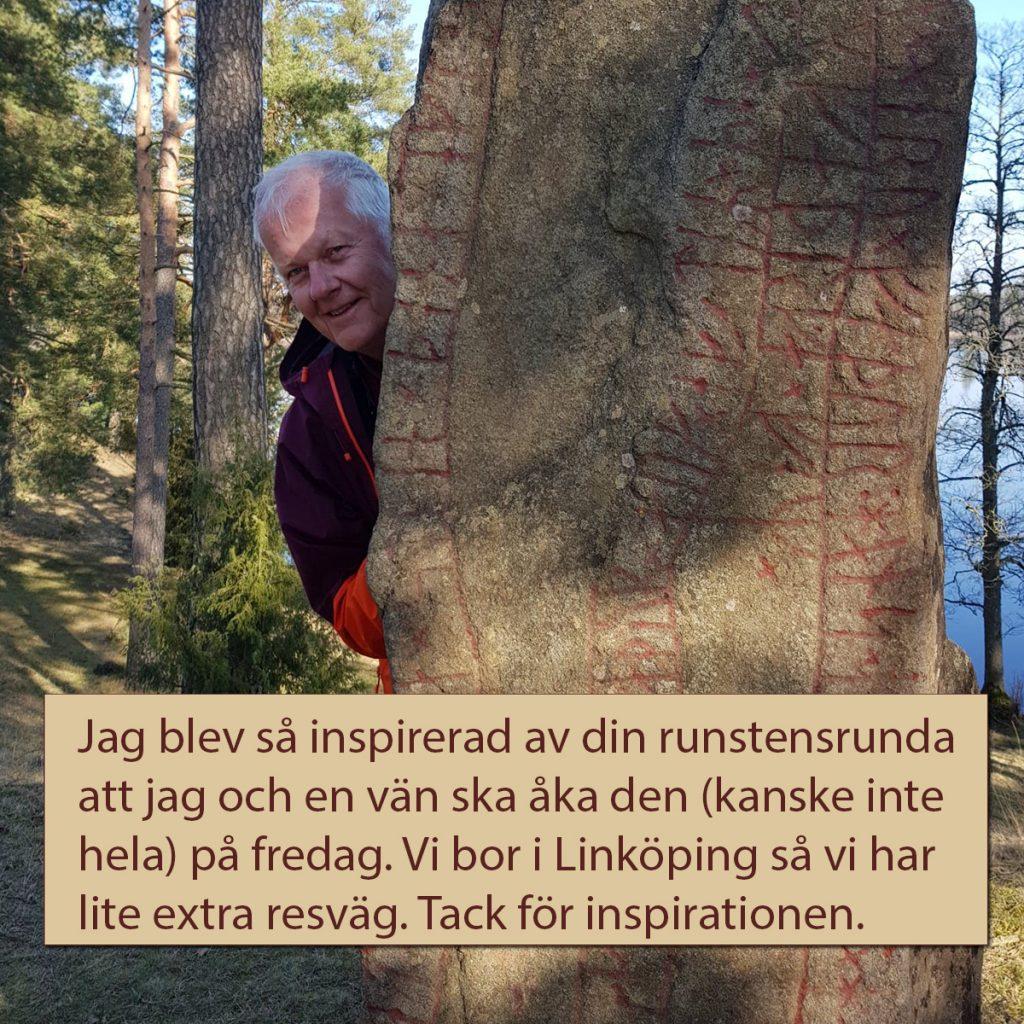 Leif Dahlberg vid runstenen i Norra Sandsjö