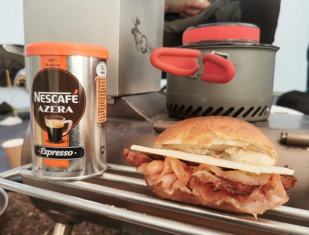 """""""Nybakt"""" bröd med bacon och ost"""", ägg på kokning, kaffe och varm choklad"""