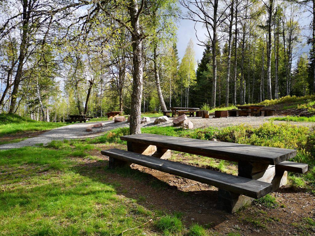 I anslutning till parkeringen finns flera bord och bänkar
