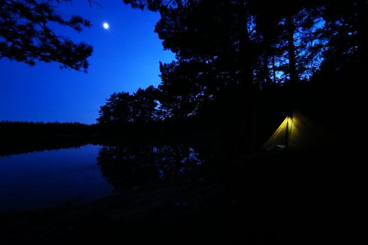 Underbart att tälta - här vid en sjö i månens sken