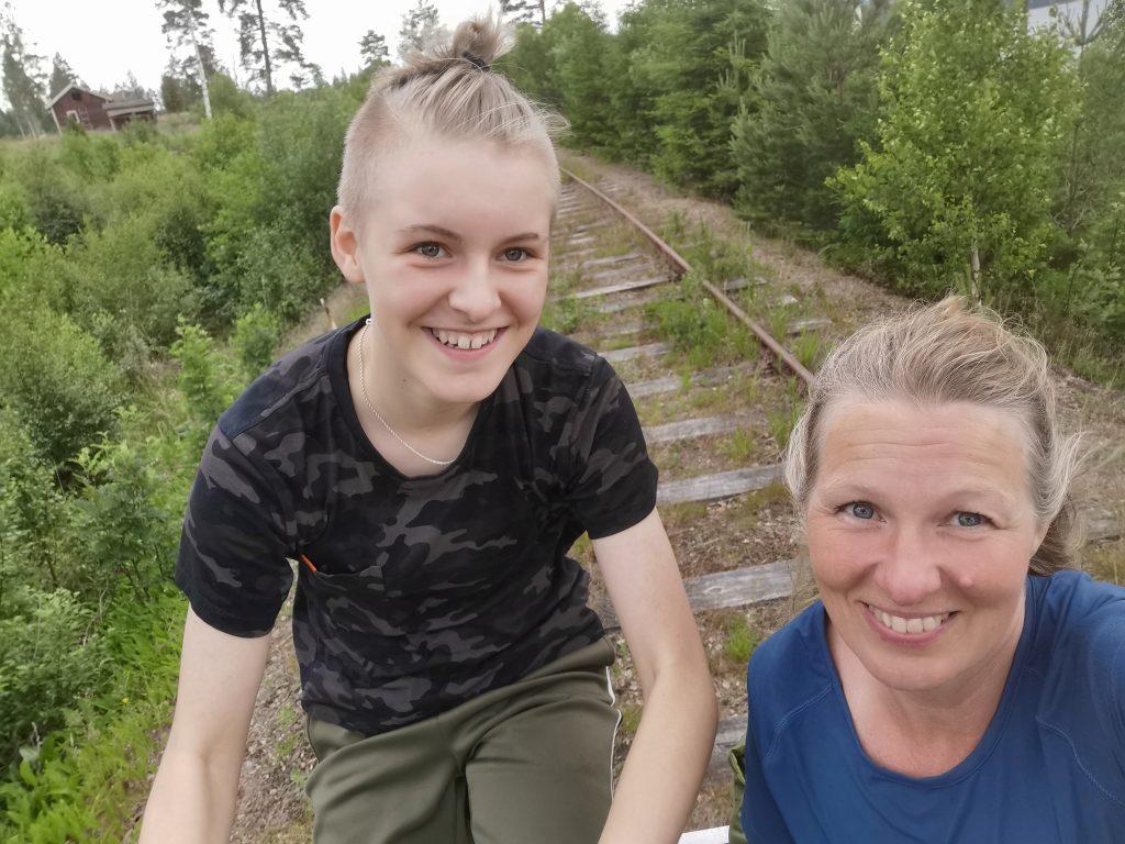 Mor och dotter på dressin