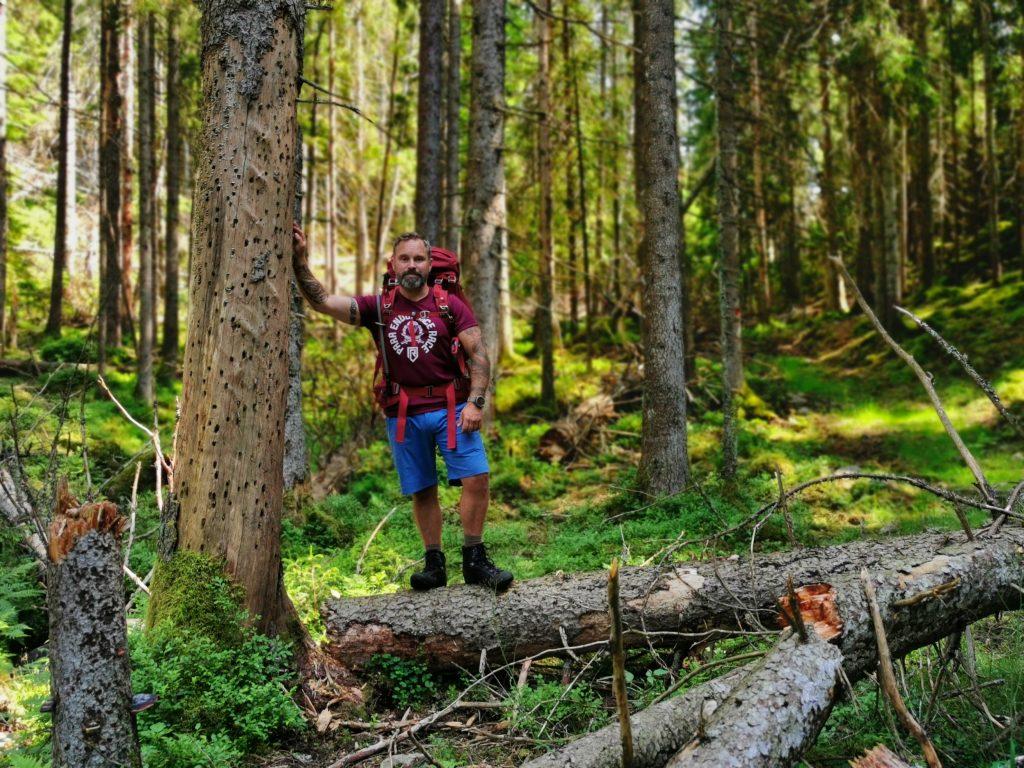 Här står Lars i Risvedens vildmark