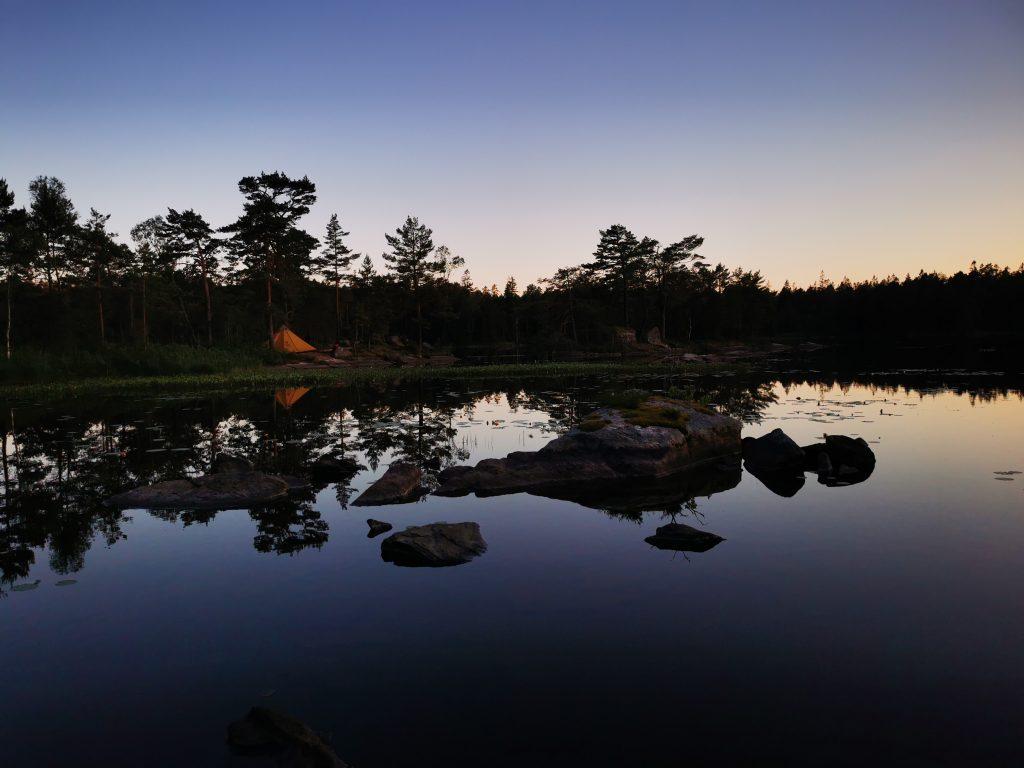 Tältplatsen sett från nästa udde i Risvedens vildmark
