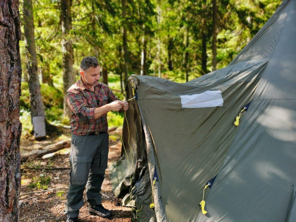 Lars fixar de sista detaljerna med tältet