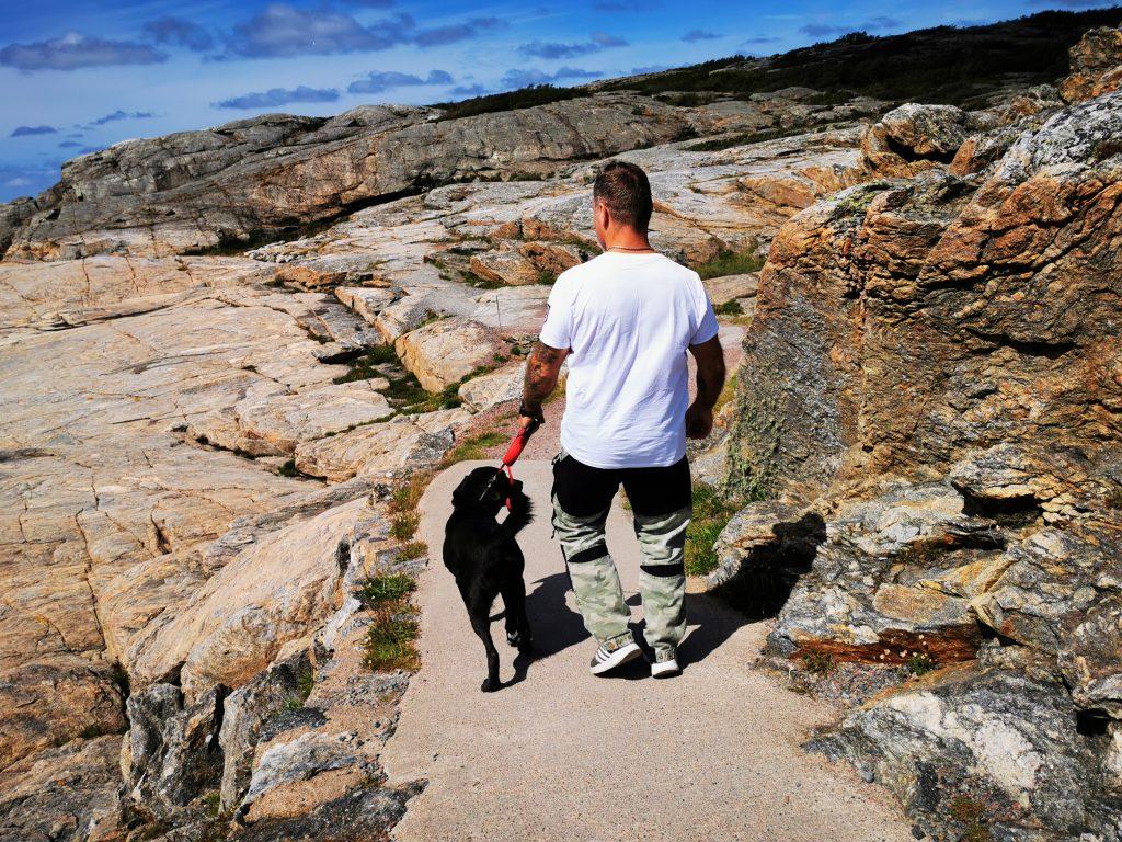 Min sambo och hans hund längs stigen på Marstrand