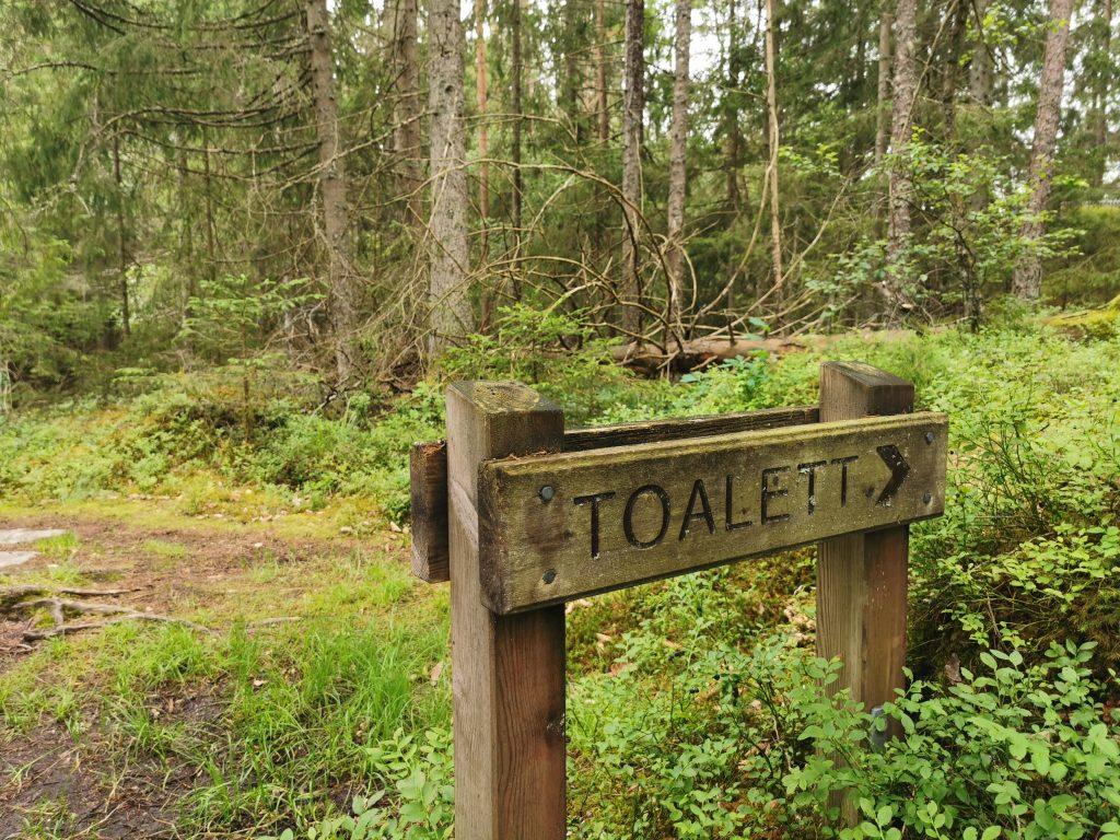 Toalett finns längs stigen runt Stora Kroksjön