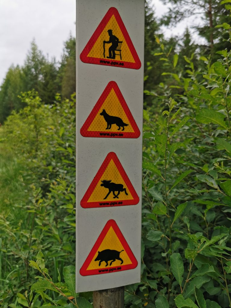 En lite rolig varningsskylt i en närliggande skog