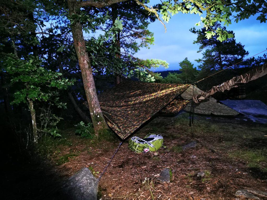 Min sovplats på Klevsjöloft är klar - här i pannlampans sken