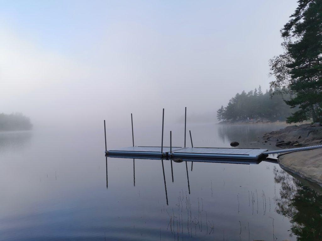 Bryggan vid kanoterna - jag TROR att vindskyddet ligger på udden där framme