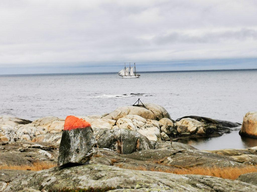 En segelbåt passerar tyst