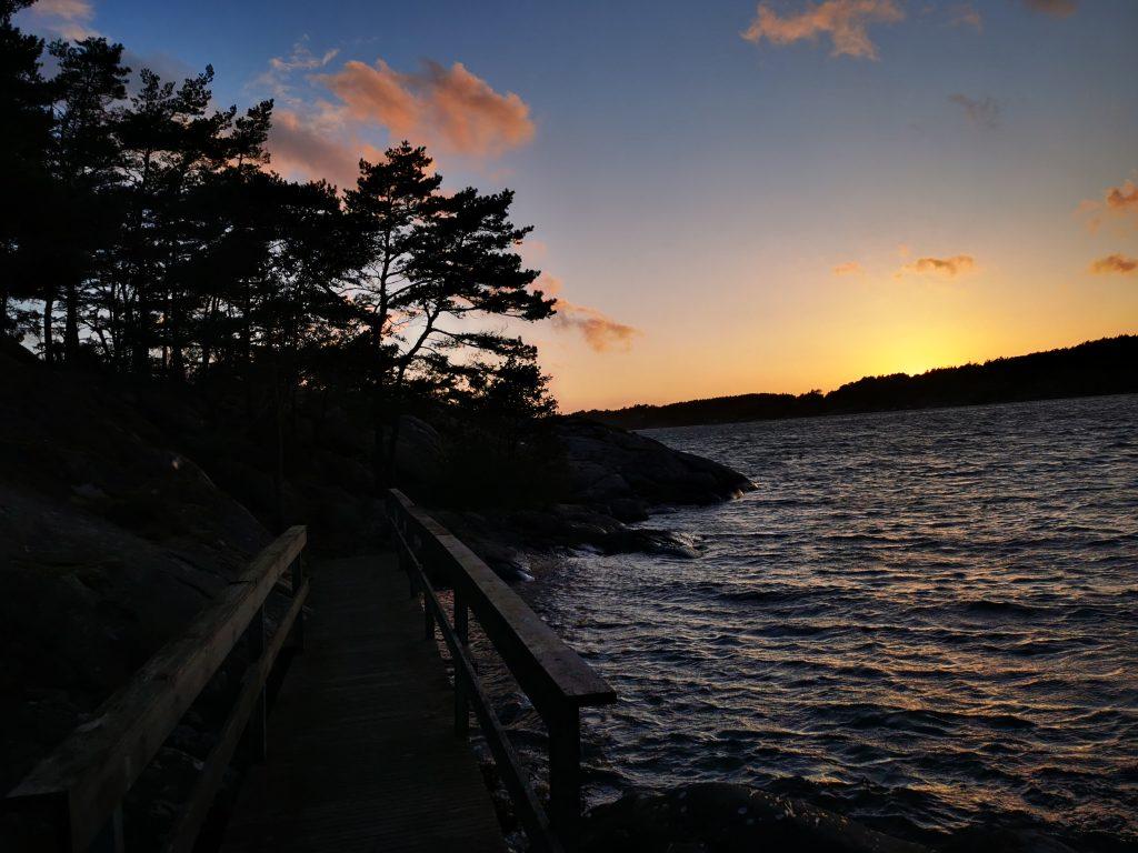 Från småbåtshamnen i Svanvik är det inte många hundra meter ut på klipporna