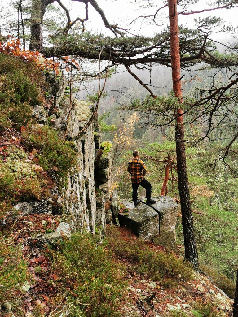 Från platån leder en smal remsa ut mot ett vackert klippsprång