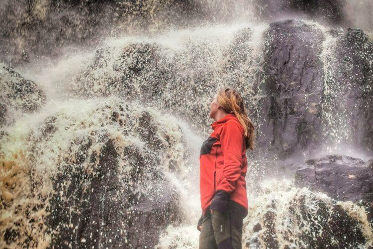 Mäktigt att stå nedanför Skäktefallet i stänket från vattenfallet