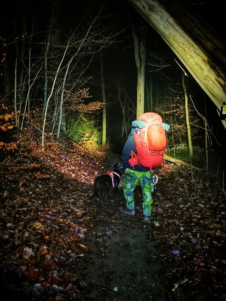 På väg i mörkret mot vår tältnatt