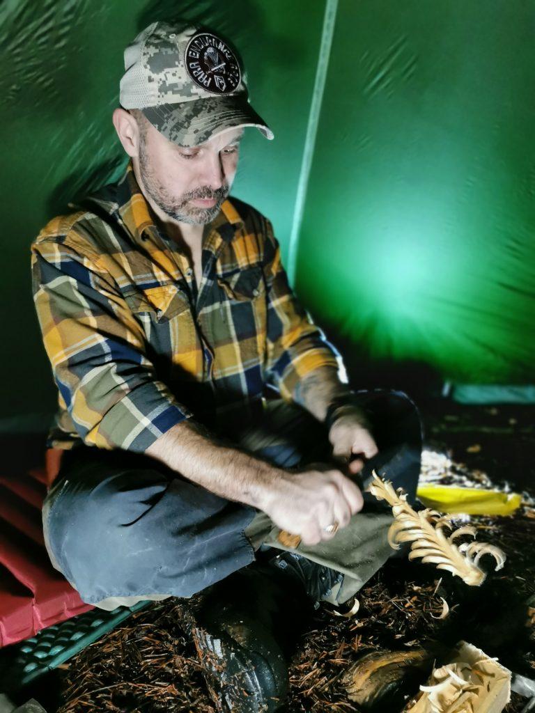 Lars förbereder vår lilla kvällsbrasa