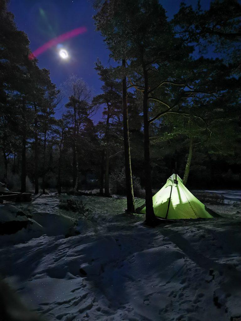 Tältet står redo i den kalla vinternatten medan månen lyser över oss