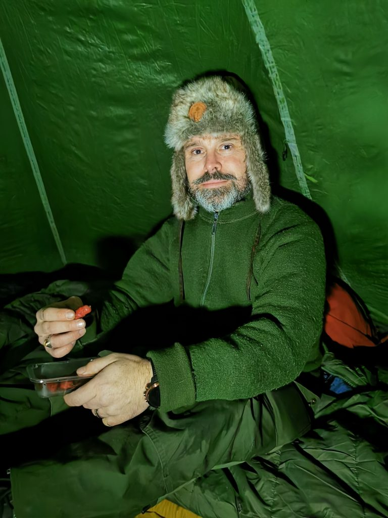 Lars är redo för lite kvällssnacks i tältet