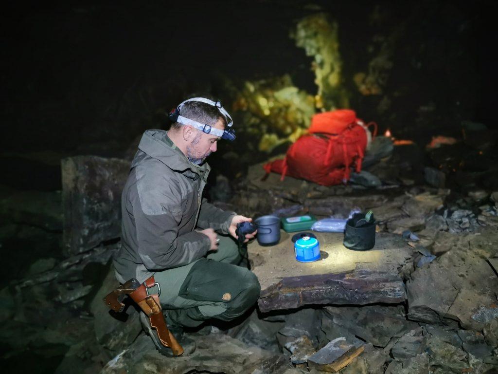 Lars fixar till middagen i vår grotta
