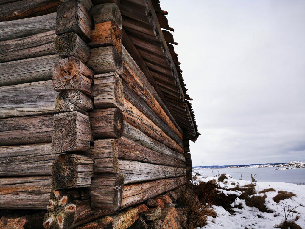 Sjöbodarna är knuttimrade, och har stått pall för väder och vind sedan 1700-talet