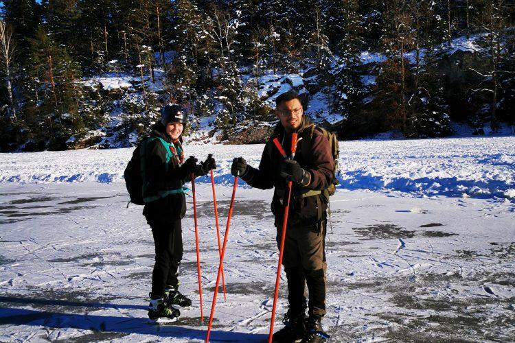 Tonåringarna är ivriga att få komma iväg - 5 km på skridskor runt Vrångevattnet väntar