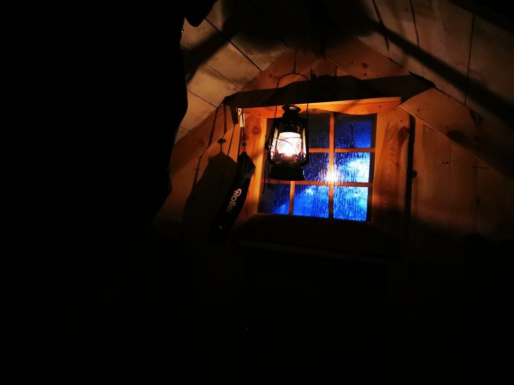 Mysigt med lampans sken i stugan