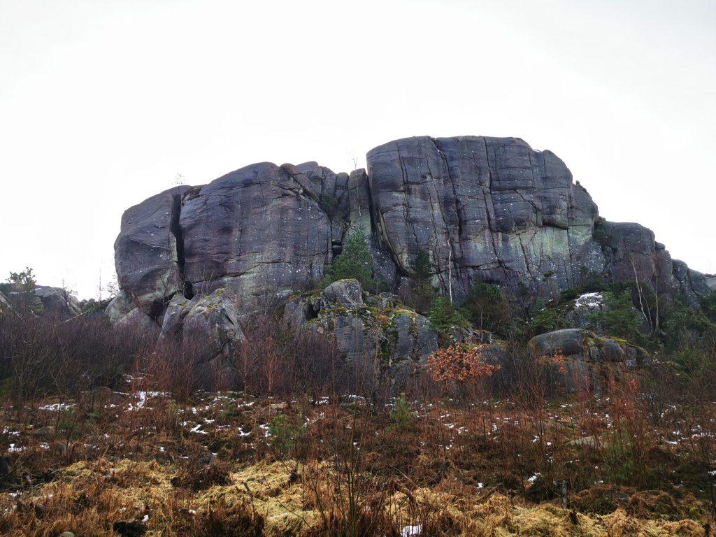 Häftiga bergsformationer bredvid leden