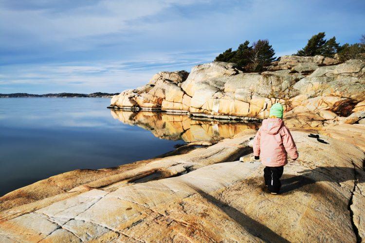 3-årig systerdotter på upptäcktsfärd