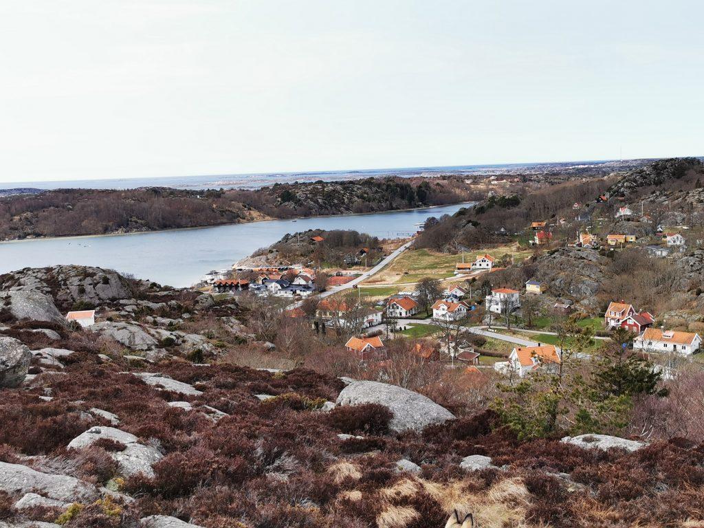 Utsikt från Trappbergen (nästan tillbaka nu) - och därnere ser man Nösundsgården