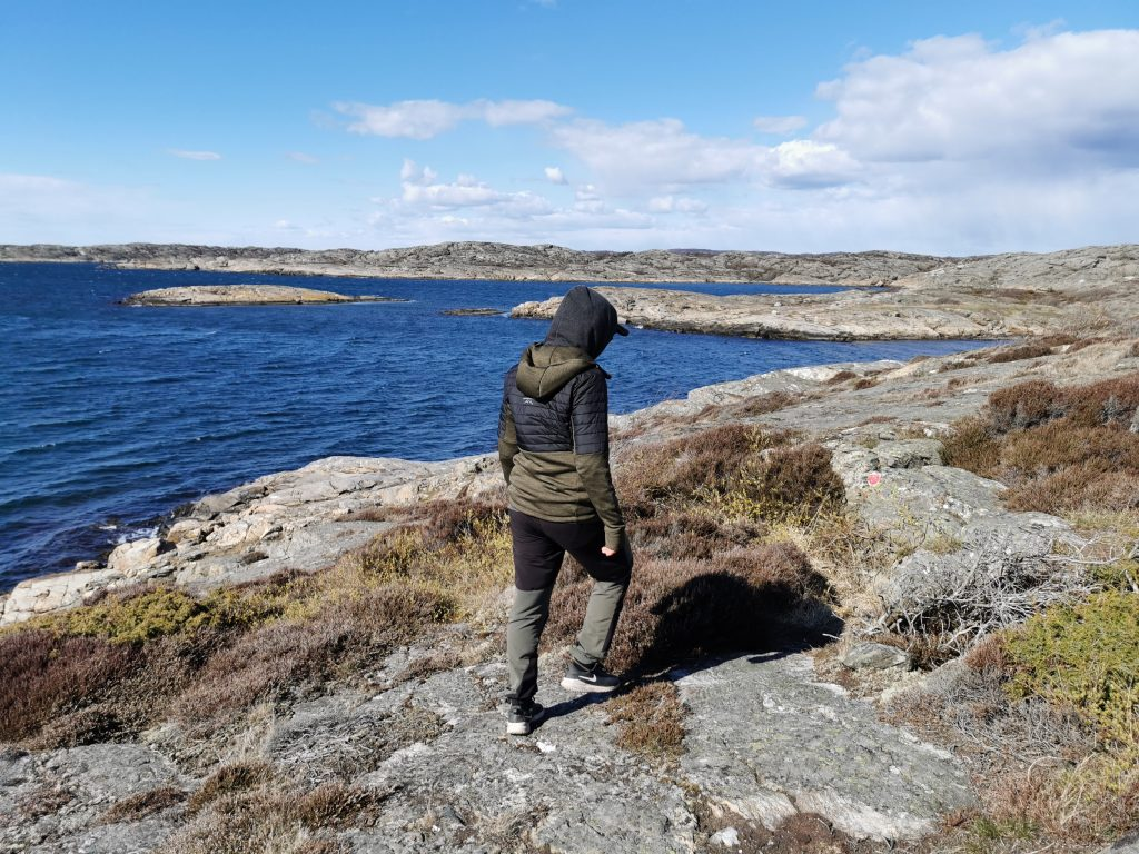 Här letar vi efter, och följer, röda pricka på leden utanför Mollösund