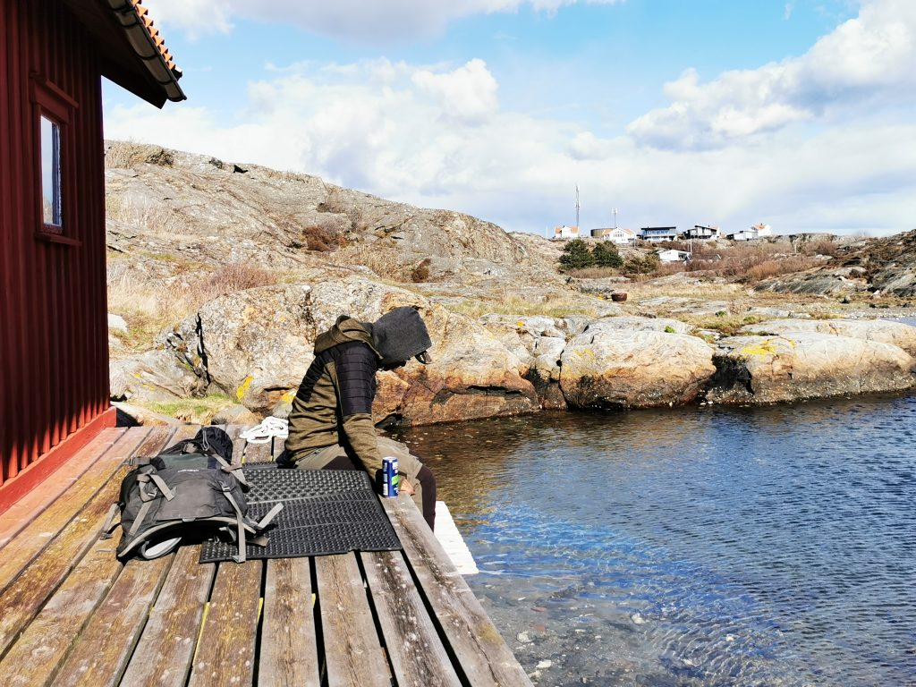Emil tittar koncentrerat på allt levande där nere i det klara vattnet