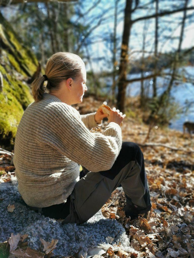 Sofia äter frukost vid Lilla Köperödssjön, Snäckskalstriangeln